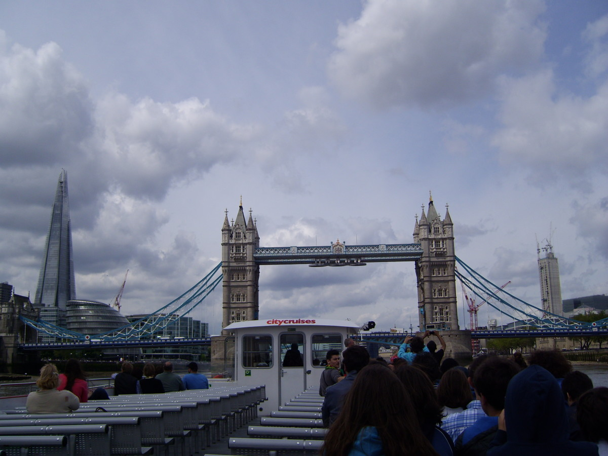 Themsefahrt unter der Tower Bridge durch